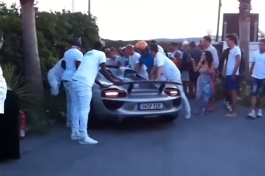 Idiot crashes Porsche 918 Spyder