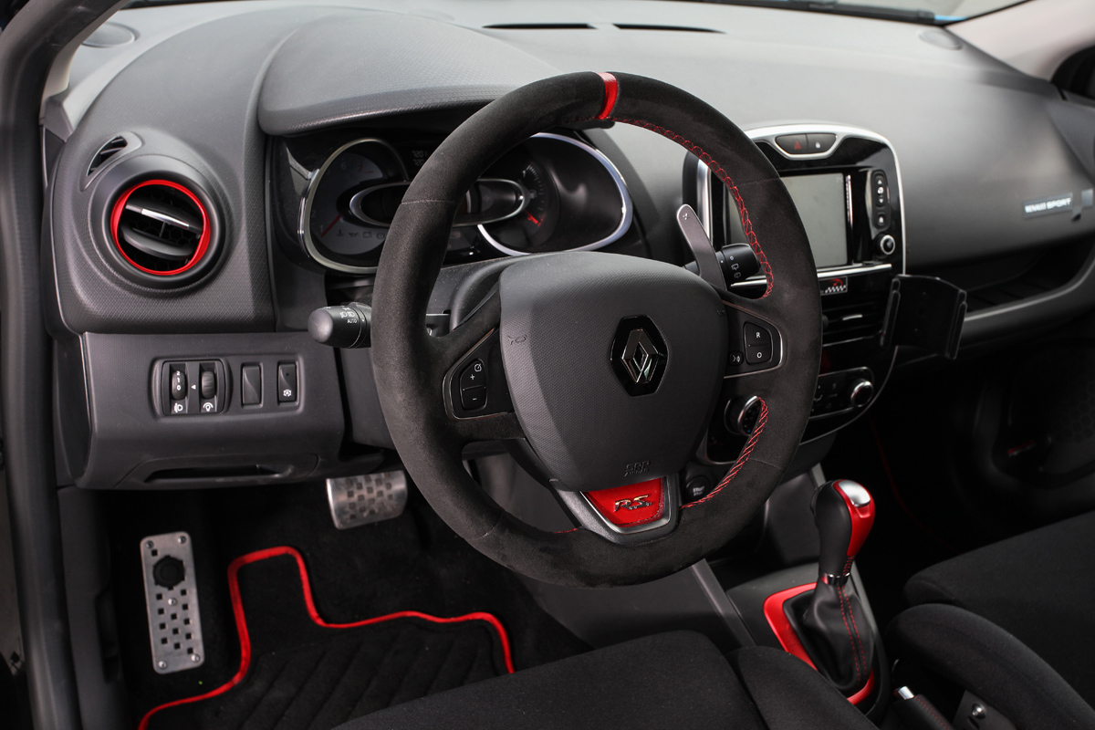 Waldow performance makes a smurfy renault clio 4 for Interieur clio 4